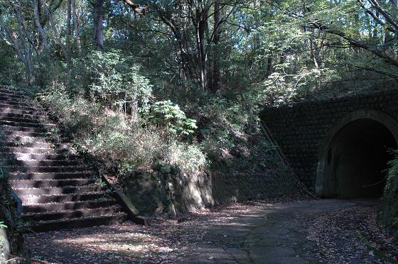 トンネルと階段.jpg