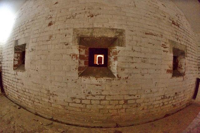 124第一弾薬庫灯り取り用窓2.jpg