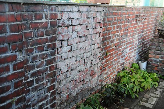 63小学校のフランス積みの壁.jpg