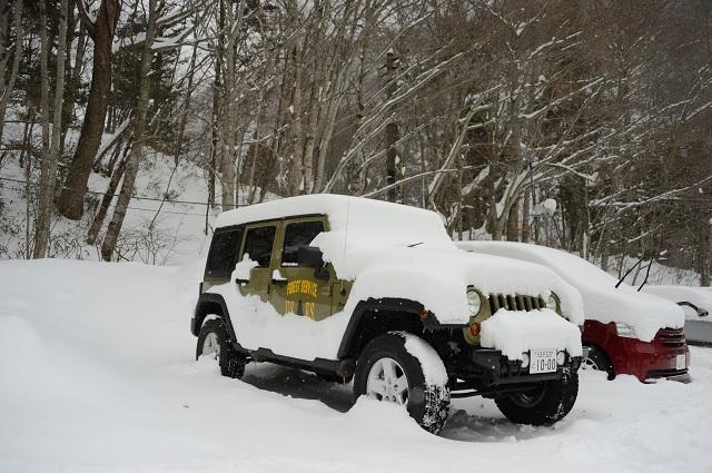 雪に埋もれたJK.jpg