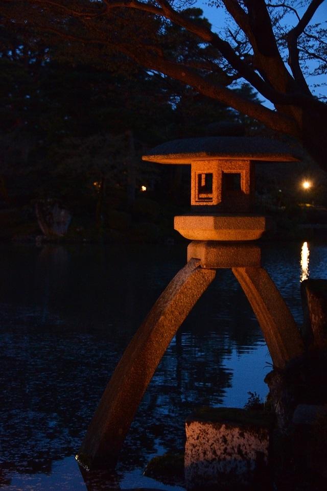 18兼六園の灯篭.jpg